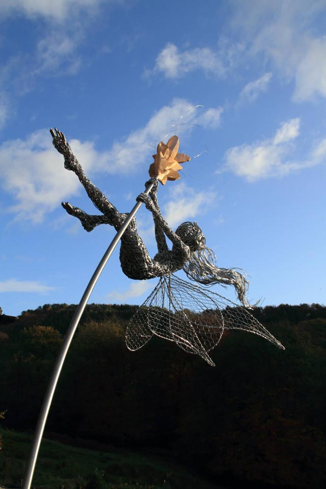 wire sculpture2-robin wight-fantasywire.co.uk