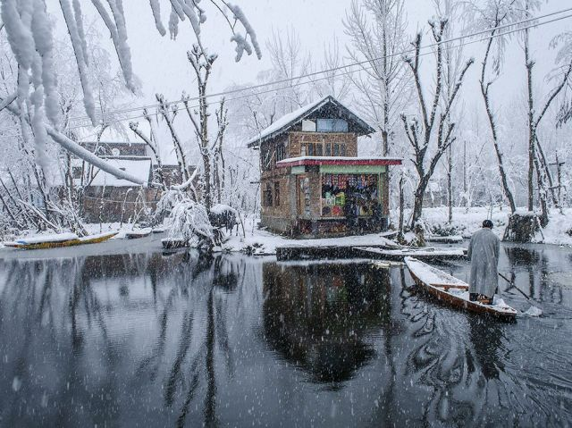 boat-dal lake-kashmir valley snow-srinagar_maqsood bhat