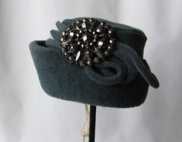 grey felt cloche w-brooch