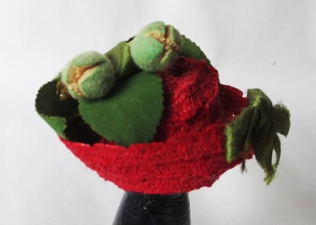 red straw w-green ribbon-rosebuds