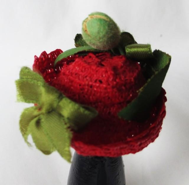 red straw w-green ribbon-rosebuds1