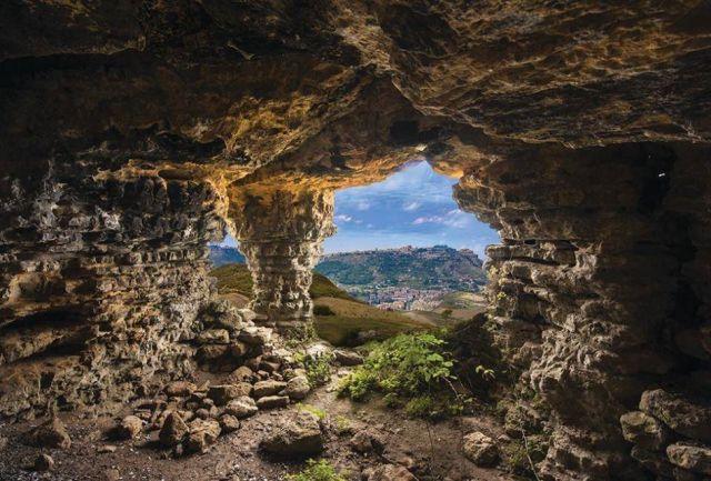 cozzo-matrice-cave-iron-age-settlement-enna-sicily_foto-arangio