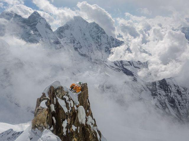 da-nuru-sherpa-coiling-rope-everest-camp-ii-ama-dablam_aaron-huey